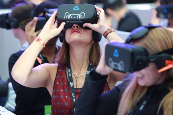 Journalists try out Alibaba's VR headsets at 11.11 media center