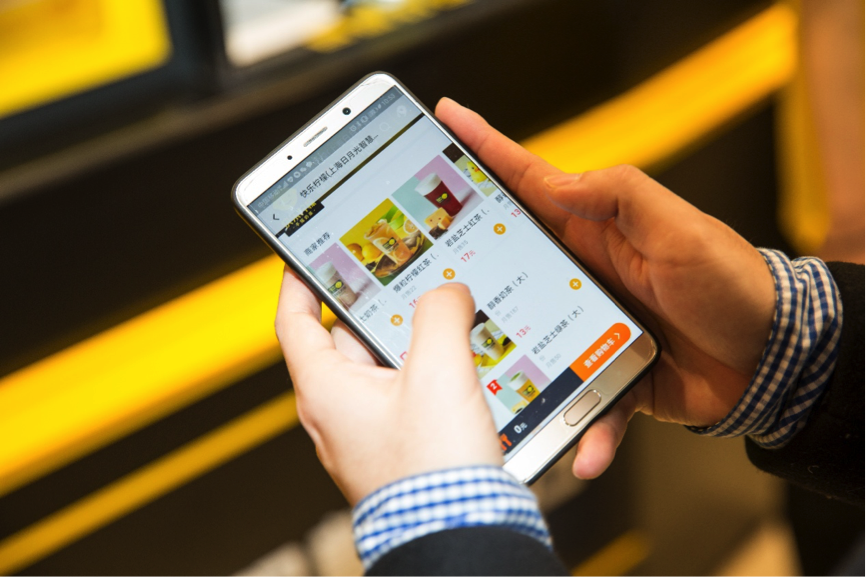 A Happy Lemon customer uses the Koubei app to place his order.